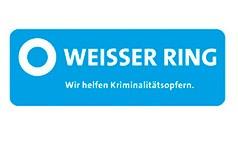 """Das Logo des Weissen Ring e.V.. Auf dem blauen Logo ist ein weißer Ring abgebildet. Außerdem steht dort der Satz """"Wir helfen Kriminalitätsopfern""""."""