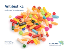 Das Bild zeigt eine Anzahl bunter Pillen auf weißem Hintergrund. Sie sollen Antibiotika-Medikamente darstellen.