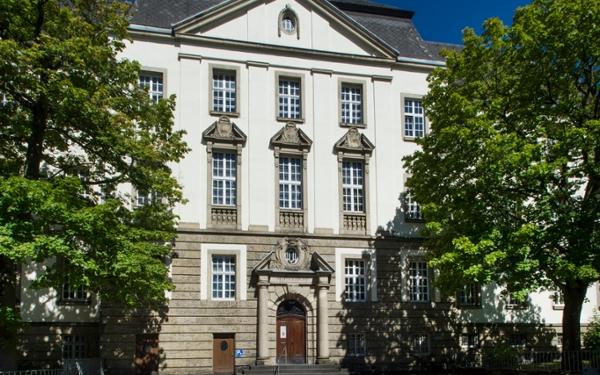 Vorderansicht des Insolvenzgerichts in Sulzbach