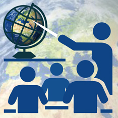 Eine Schulklasse mit Lehrer vor einer Weltkugel